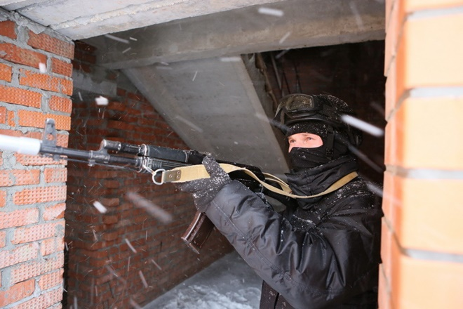 ẢNH: Cảnh sát đặc nhiệm Nga đột kích giải cứu con tin, tóm gọn khủng bố - Ảnh 5.