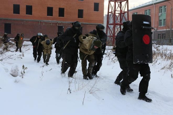 ẢNH: Cảnh sát đặc nhiệm Nga đột kích giải cứu con tin, tóm gọn khủng bố - Ảnh 6.