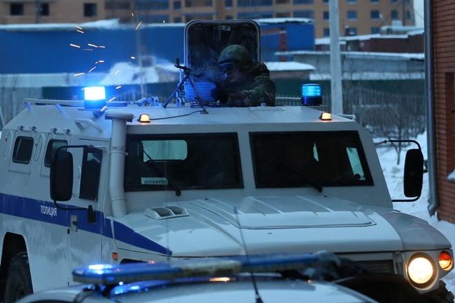 ẢNH: Cảnh sát đặc nhiệm Nga đột kích giải cứu con tin, tóm gọn khủng bố - Ảnh 8.