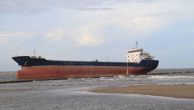 Ảnh: Những con tàu khổng lồ đang mắc cạn trên biển Nghệ An sau bão Talas - Ảnh 8.