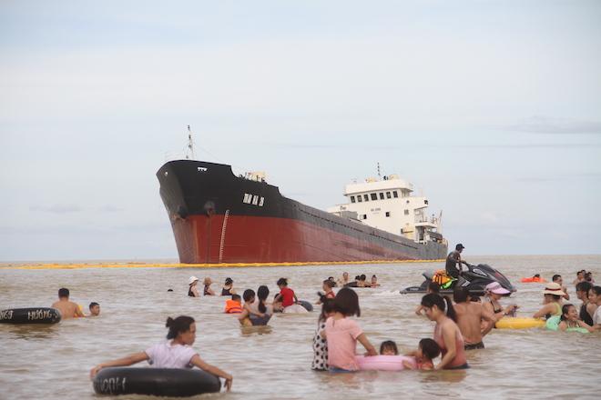Ảnh: Những con tàu khổng lồ đang mắc cạn trên biển Nghệ An sau bão Talas - Ảnh 7.
