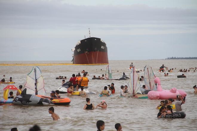 Ảnh: Những con tàu khổng lồ đang mắc cạn trên biển Nghệ An sau bão Talas - Ảnh 6.