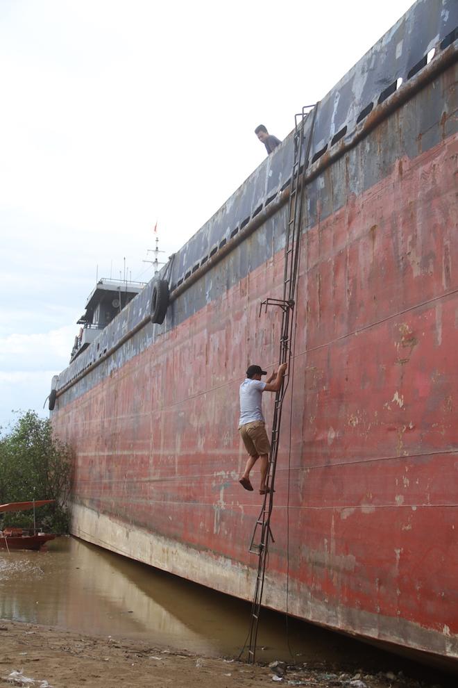 Ảnh: Những con tàu khổng lồ đang mắc cạn trên biển Nghệ An sau bão Talas - Ảnh 17.