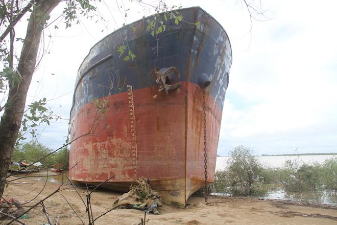 Ảnh: Những con tàu khổng lồ đang mắc cạn trên biển Nghệ An sau bão Talas - Ảnh 18.