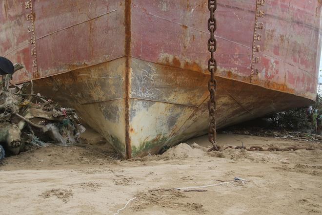 Ảnh: Những con tàu khổng lồ đang mắc cạn trên biển Nghệ An sau bão Talas - Ảnh 15.