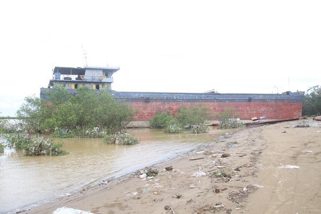 Ảnh: Những con tàu khổng lồ đang mắc cạn trên biển Nghệ An sau bão Talas - Ảnh 14.