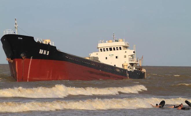 Ảnh: Những con tàu khổng lồ đang mắc cạn trên biển Nghệ An sau bão Talas - Ảnh 4.