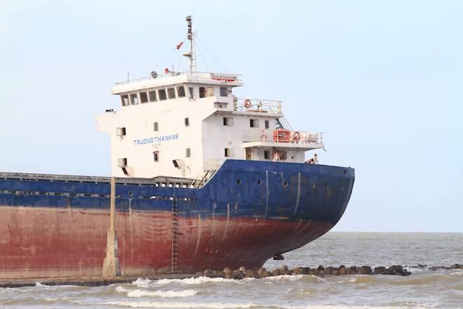 Ảnh: Những con tàu khổng lồ đang mắc cạn trên biển Nghệ An sau bão Talas - Ảnh 9.