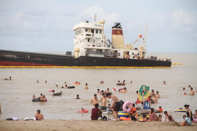 Ảnh: Những con tàu khổng lồ đang mắc cạn trên biển Nghệ An sau bão Talas - Ảnh 5.