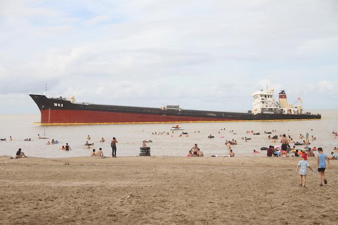 Ảnh: Những con tàu khổng lồ đang mắc cạn trên biển Nghệ An sau bão Talas - Ảnh 3.