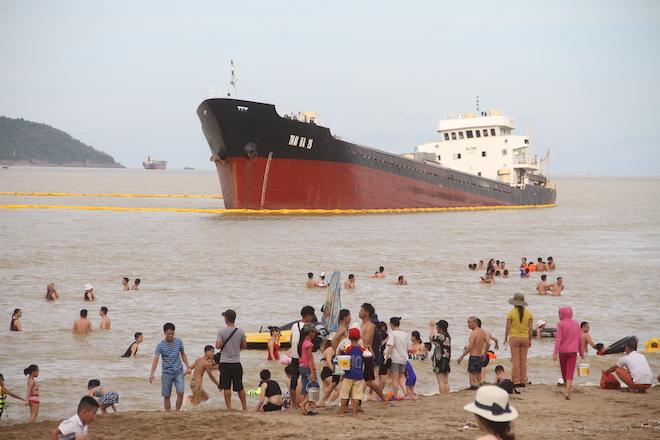 Ảnh: Những con tàu khổng lồ đang mắc cạn trên biển Nghệ An sau bão Talas - Ảnh 2.