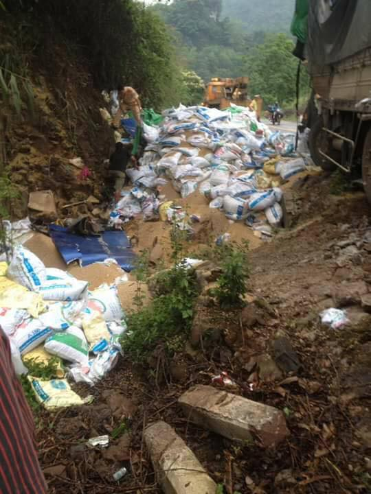 Người sống sót duy nhất vụ xe tải đâm vào núi: Người dân mang cả công nông đến hôi của - Ảnh 1.