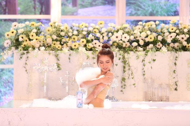 Các thí sinh The Face diễn cảnh trong bồn tắm - ảnh 10