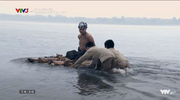 Cảnh cắt tóc bôi vôi, thả trôi sông vì chửa hoang gây ám ảnh của phim Thương nhớ ở ai - Ảnh 2.