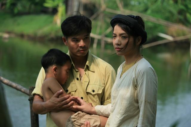 Phong cách sexy của cô gái đẹp nhất phim Việt mặc áo yếm đang gây tranh cãi - Ảnh 2.