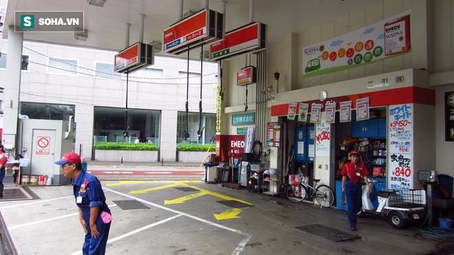 Mua xăng ở Nhật: Được đối xử như một tay đua Công thức 1 - Ảnh 1.