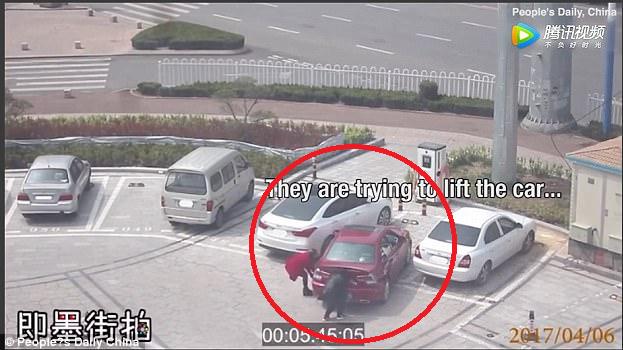 Loay hoay đỗ xe mãi không xong, hai người phụ nữ đã làm một việc ngoài sức tưởng tượng - Ảnh 3.
