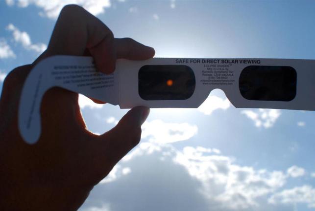 Nhật thực toàn phần tháng 8/2017: Đích thân NASA chỉ bạn cách xem không bị mù mắt - Ảnh 2.