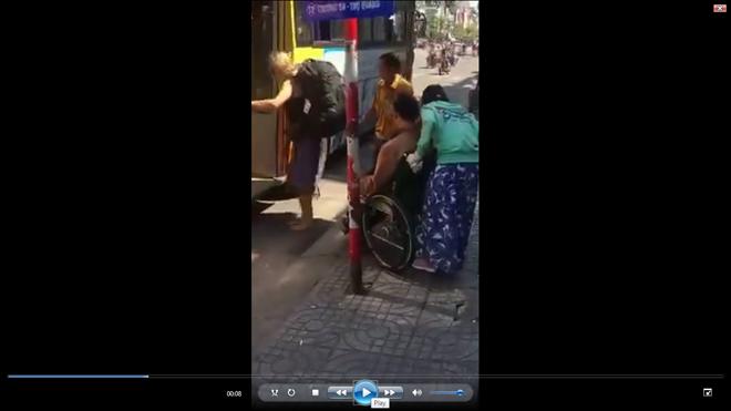 Vụ người tàn tật bị xe buýt bỏ rơi: Cửa hẹp không thể đưa xe lăn lên được? - ảnh 1