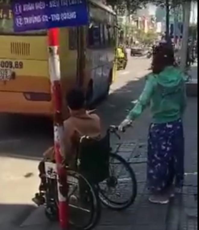 Vụ người tàn tật bị xe buýt bỏ rơi: Cửa hẹp không thể đưa xe lăn lên được? - ảnh 2