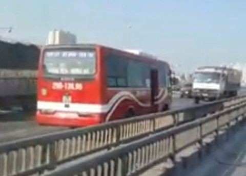 Tài xế xe khách nói lí do điều khiển xe chạy ngược chiều trên đường vành đai 3 - Ảnh 1.
