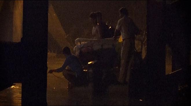 Cận cảnh hiện trường cầu sập khiến ô tô, xe máy rơi xuống sông ở Sài Gòn - Ảnh 8.