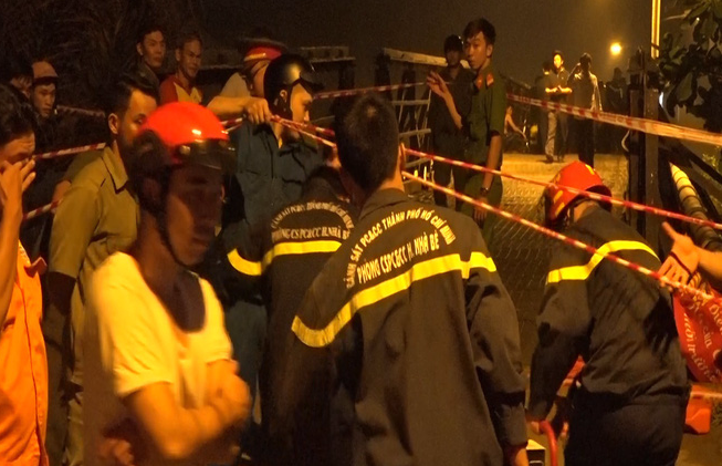 Cận cảnh hiện trường cầu sập khiến ô tô, xe máy rơi xuống sông ở Sài Gòn - Ảnh 4.