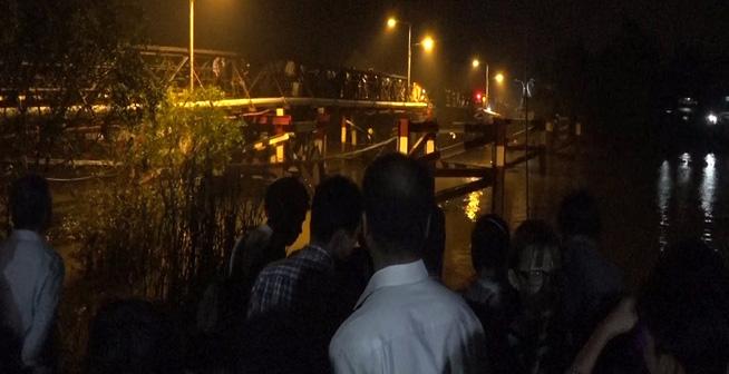 Cận cảnh hiện trường cầu sập khiến ô tô, xe máy rơi xuống sông ở Sài Gòn - Ảnh 6.