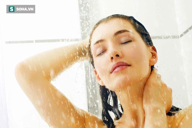 Sai lầm khi tắm vào mùa đông gây nguy hiểm nhiều người vô tình mắc mà không biết - ảnh 1