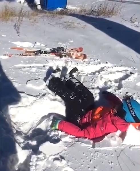 Đang ngồi cáp treo, bé trai bất ngờ rơi thẳng xuống mặt đất - ảnh 3