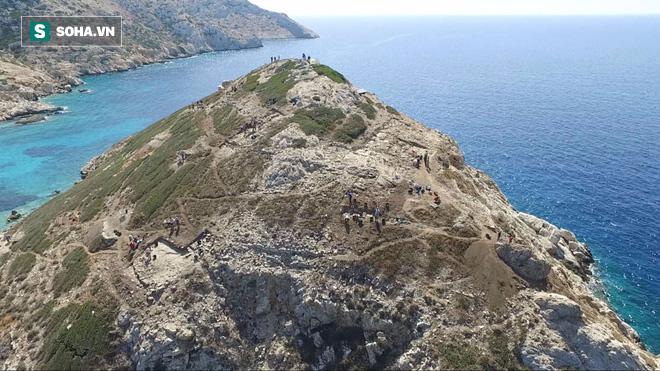 Bất ngờ phát hiện kiến trúc kim loại bí ẩn bên dưới kim tự tháp Hy Lạp - Ảnh 1.