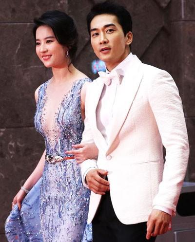 Song Seung Hun - Lưu Diệc Phi: Là tình yêu thật sự hay chiêu trò truyền thông đánh lừa khán giả suốt 2 năm qua? - Ảnh 3.
