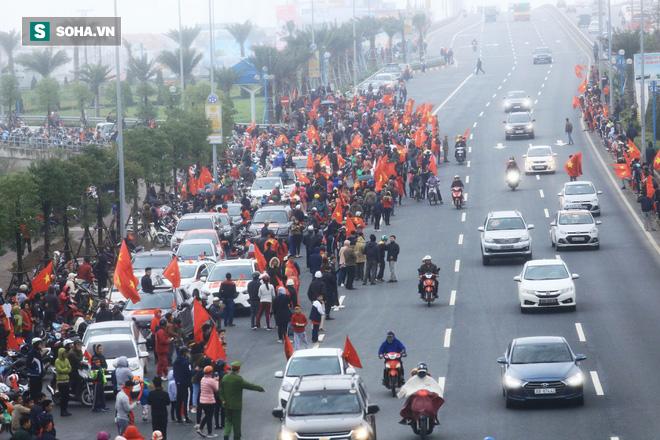 Nội Bài quá chật cho tình yêu của người hâm mộ dành cho U23 Việt Nam - Ảnh 13.