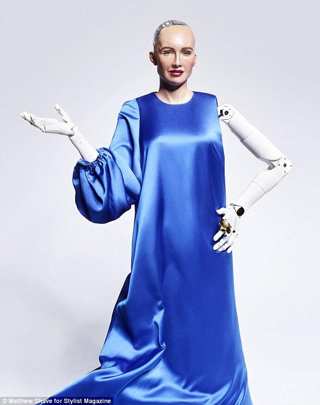 Robot Sophia xuất hiện trên bìa tạp chí thời trang Anh: Chúng tôi thấy sợ hãi - Ảnh 7.