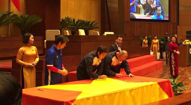 Được đón tiếp tại Quốc hội, đội U23 cùng ký tên lên lá cờ mang từ Lũng Cú về - Ảnh 3.