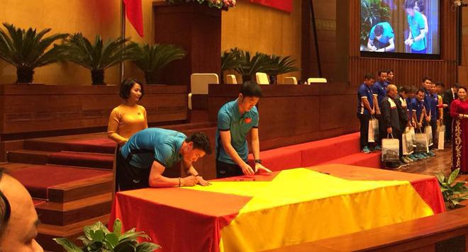 Được đón tiếp tại Quốc hội, đội U23 cùng ký tên lên lá cờ mang từ Lũng Cú về - Ảnh 5.