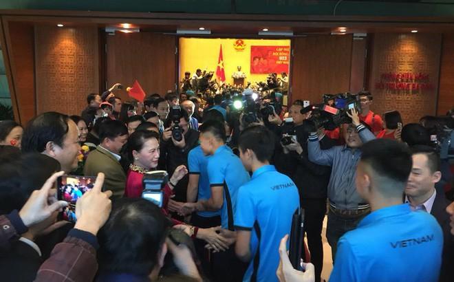 Được đón tiếp tại Quốc hội, đội U23 cùng ký tên lên lá cờ mang từ Lũng Cú về - Ảnh 2.