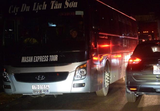Tắc đường hàng cây số từ Lào Cai lên Sa Pa, tài xế tắt máy nghỉ ngơi giữa đường do không thể di chuyển - Ảnh 4.