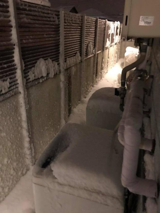 Hình ảnh đáng sợ về giá lạnh ở Nhật: Nước chảy đến đâu đóng băng đến đó - Ảnh 5.