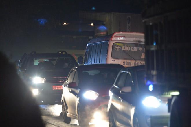 Tắc đường hàng cây số từ Lào Cai lên Sa Pa, tài xế tắt máy nghỉ ngơi giữa đường do không thể di chuyển - Ảnh 5.