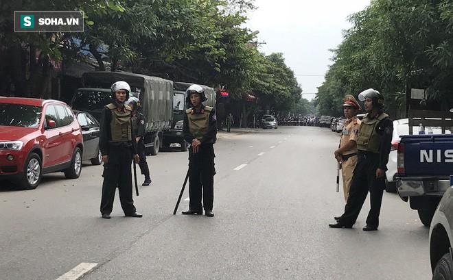 [CẬP NHẬT] Cảnh sát dùng súng bắn tỉa vây bắt đối tượng hình sự cố thủ trong nhà ở Nghệ An - ảnh 4