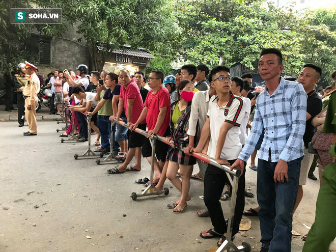 [CẬP NHẬT] Cảnh sát dùng súng bắn tỉa vây bắt đối tượng hình sự cố thủ trong nhà ở Nghệ An - ảnh 1