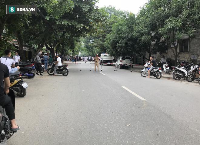 [CẬP NHẬT] Cảnh sát dùng súng bắn tỉa vây bắt đối tượng hình sự cố thủ trong nhà ở Nghệ An - ảnh 6