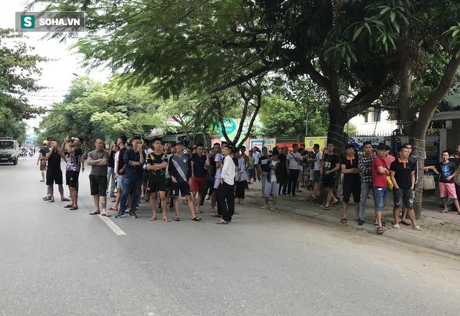 [CẬP NHẬT] Cảnh sát dùng súng bắn tỉa vây bắt đối tượng hình sự cố thủ trong nhà ở Nghệ An - ảnh 7