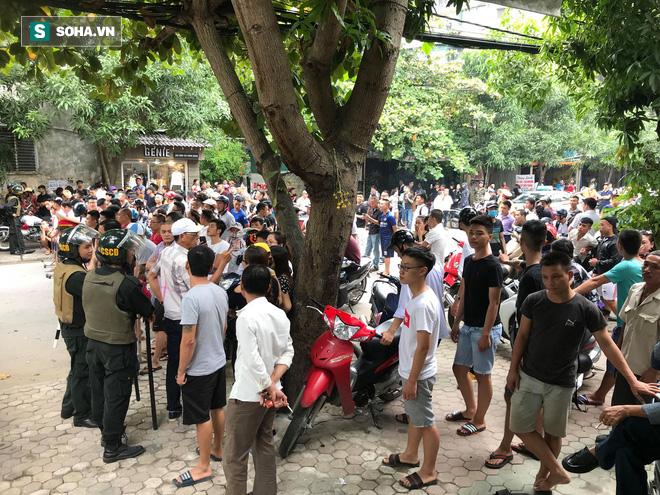 [CẬP NHẬT] Cảnh sát dùng súng bắn tỉa vây bắt đối tượng hình sự cố thủ trong nhà ở Nghệ An - ảnh 2