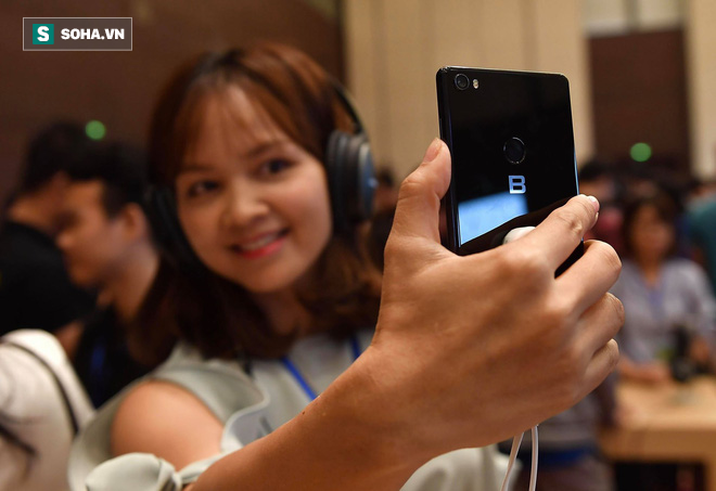 Cận cảnh chiếc điện thoại chất thực Bphone 3 vừa xuất hiện tại lễ ra mắt của Bkav - Ảnh 6.