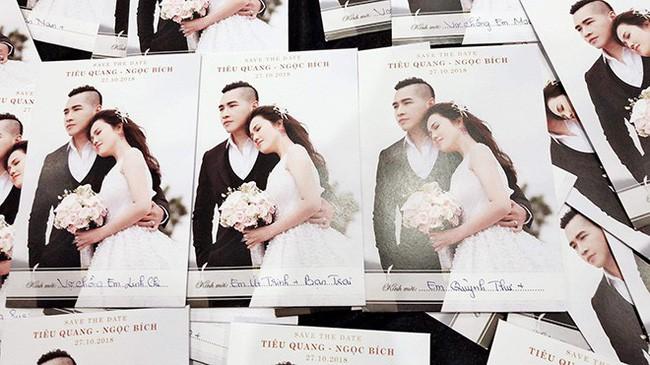 Khoe thiệp mời đám cưới chị gái, Ngọc Trinh lại khiến dân tình tò mò về mối quan hệ khăng khít với bạn trai mới - Ảnh 1.