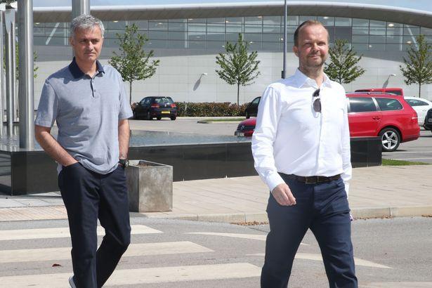 Bị sếp lớn Man United chơi xấu, Mourinho mất đi thanh gươm báu? - Ảnh 2.