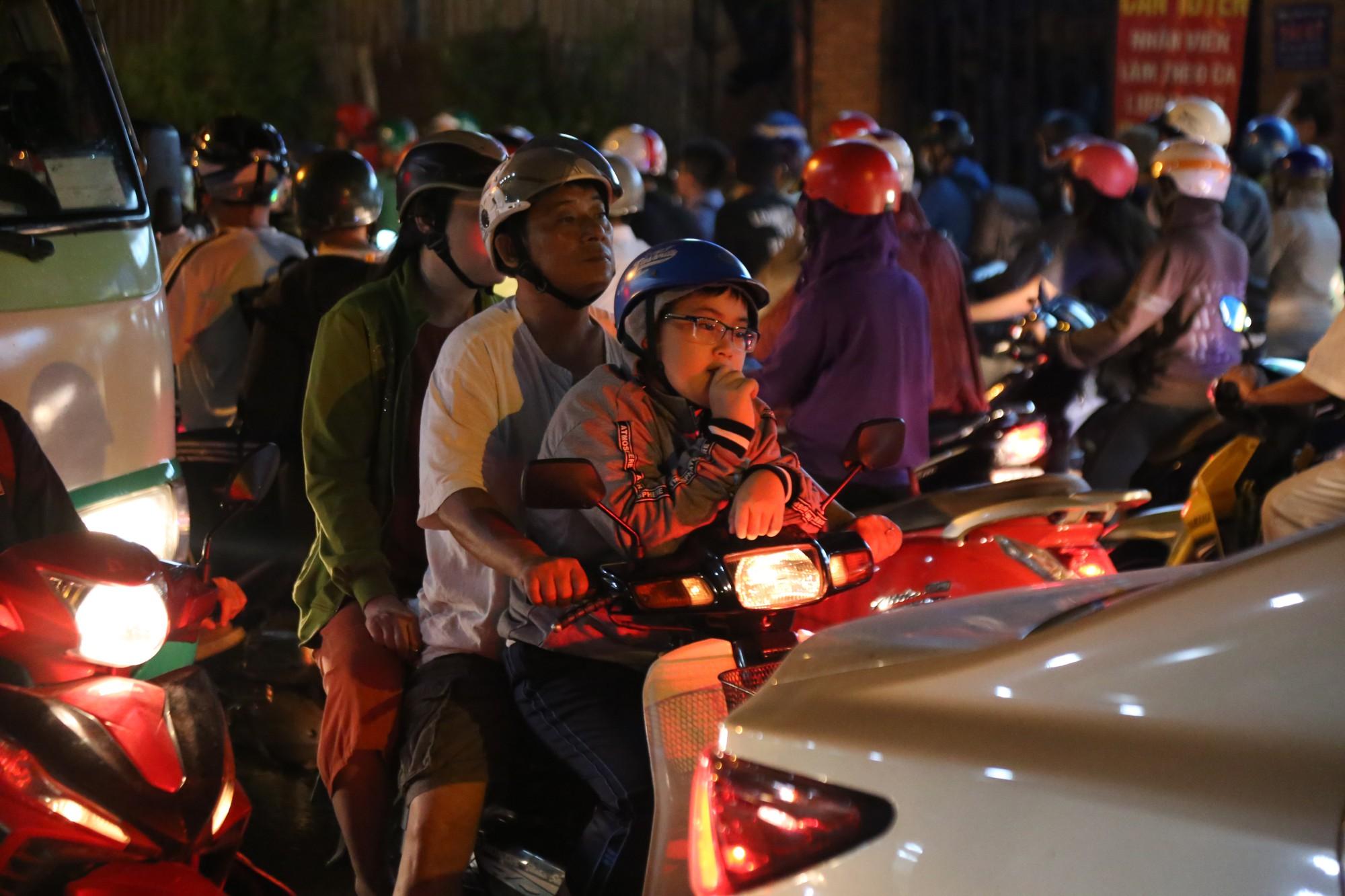 Sài Gòn ùn tắc kinh hoàng sau mưa lớn, trẻ em ngủ gục trên vai ba mẹ ngoài đường - Ảnh 8.
