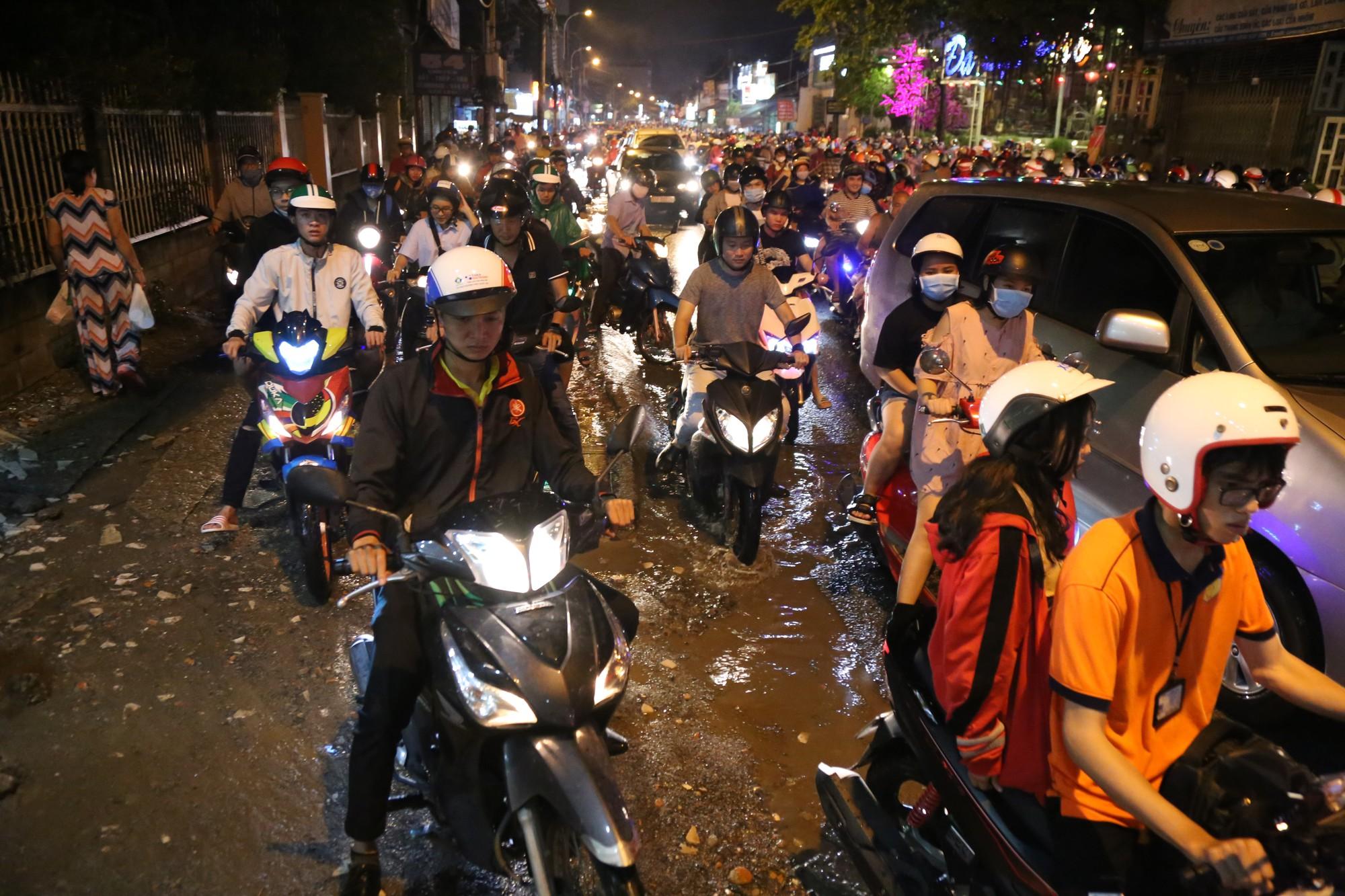 Sài Gòn ùn tắc kinh hoàng sau mưa lớn, trẻ em ngủ gục trên vai ba mẹ ngoài đường - Ảnh 9.